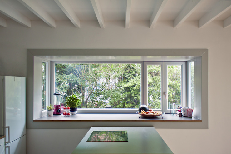 kitchen & bay window Modern kitchen by brandt+simon architekten Modern