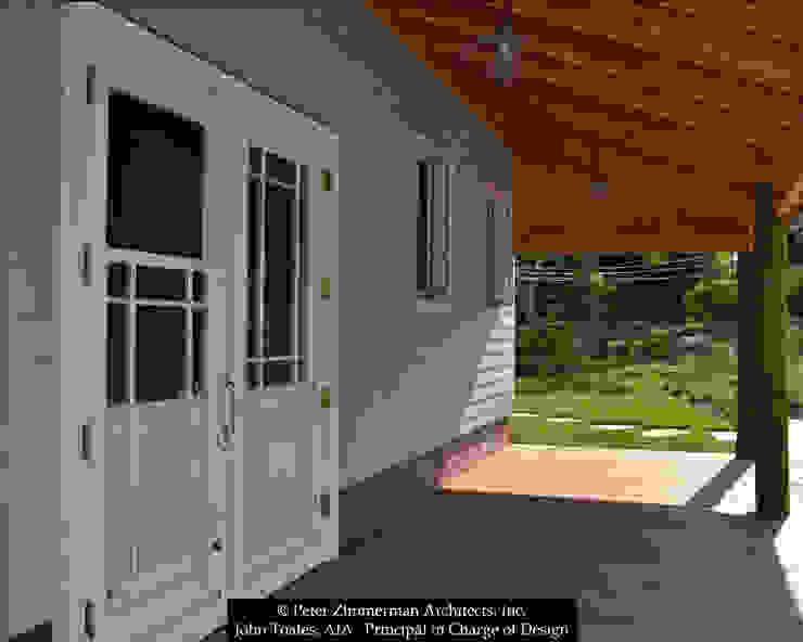 Klasyczny balkon, taras i weranda od John Toates Architecture and Design Klasyczny