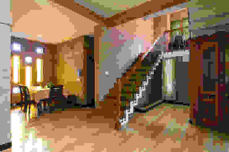 Pasillos, vestíbulos y escaleras asiáticos de A3 Ateliê Academia de Arquitectura Asiático