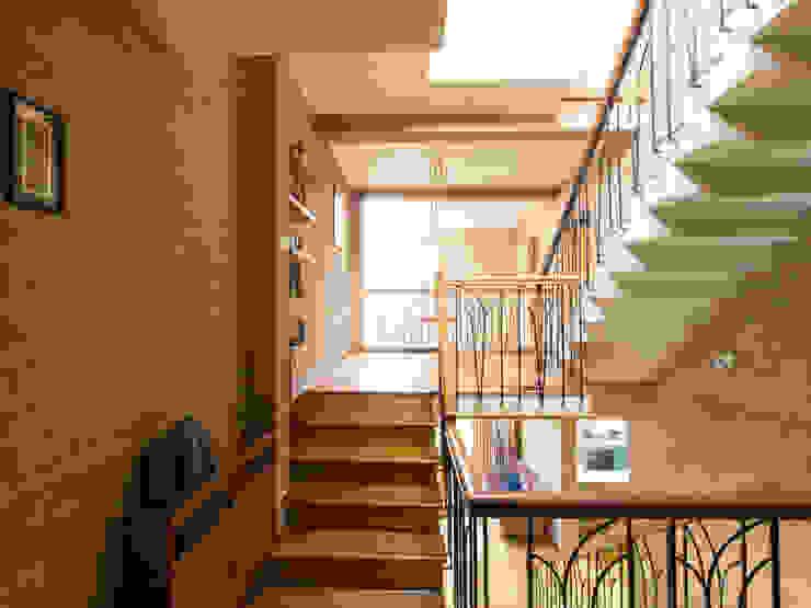 Sempre a subir: Corredores e halls de entrada  por A3 Ateliê Academia de Arquitectura,Asiático