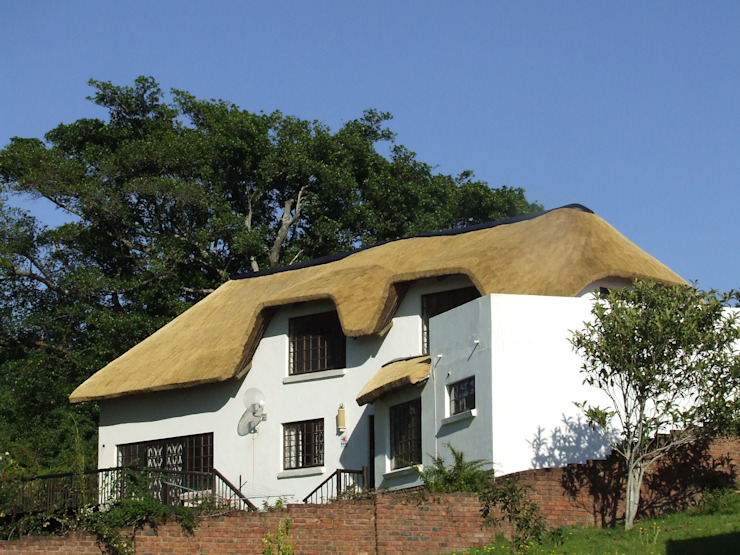 Large Thatched Roof on Residential Home:  Houses by Cintsa Thatching & Roofing,