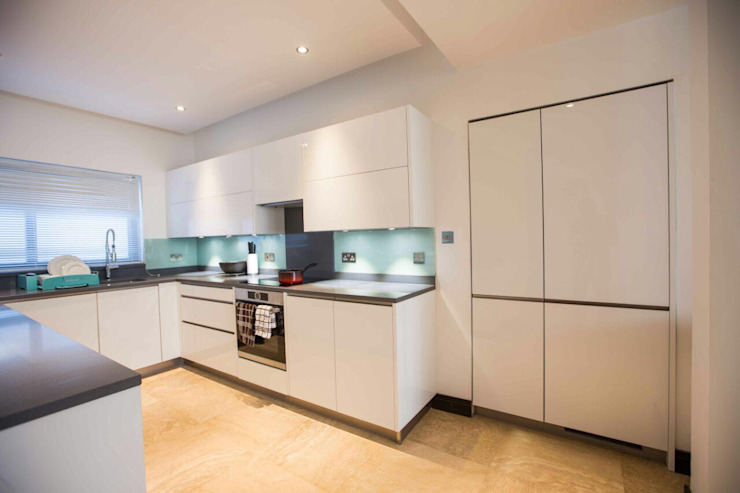 White gloss U shape kitchen designed by Schmidt Barnet, project in Ghana, Africa. Schmidt Kitchens Barnet モダンな キッチン MDF 白色