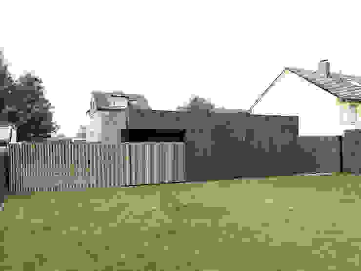 Rückseite mit Holztor Moderne Garagen & Schuppen von ZHAC / Zweering Helmus Architektur+Consulting Modern Beton