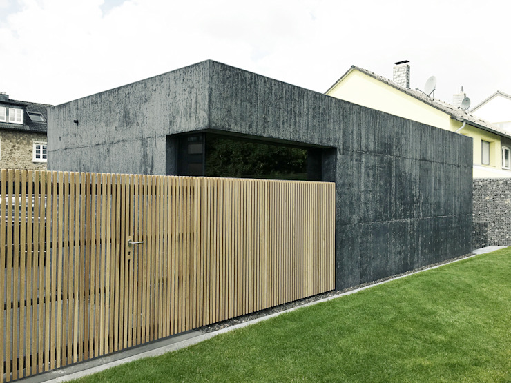Rückseite mit Holztor Moderne Garagen & Schuppen von ZHAC / Zweering Helmus Architektur+Consulting Modern Holz Holznachbildung