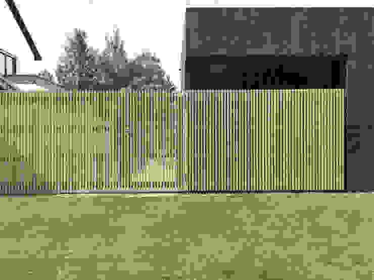 Detail Holztor und Ganzglasecke Moderne Garagen & Schuppen von ZHAC / Zweering Helmus Architektur+Consulting Modern Holz Holznachbildung