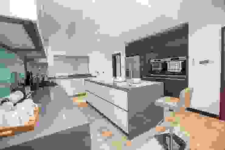 Modern design kitchen with island, handles Minimalistische Küchen von Schmidt Kitchens Barnet Minimalistisch MDF