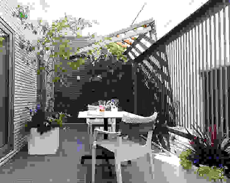 Balcones y terrazas de estilo moderno de (有)ハートランド Moderno