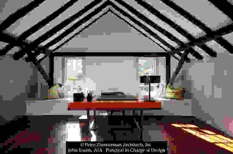 Oficinas y bibliotecas de estilo clásico de John Toates Architecture and Design Clásico