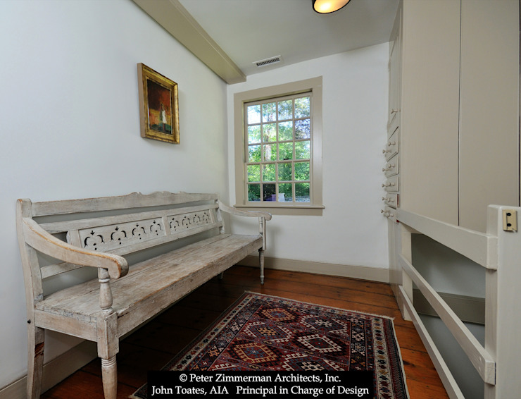 Pasillos, vestíbulos y escaleras clásicas de John Toates Architecture and Design Clásico
