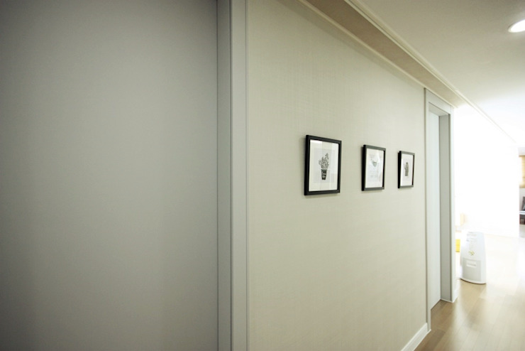 Scandinavian corridor, hallway & stairs by homelatte Scandinavian