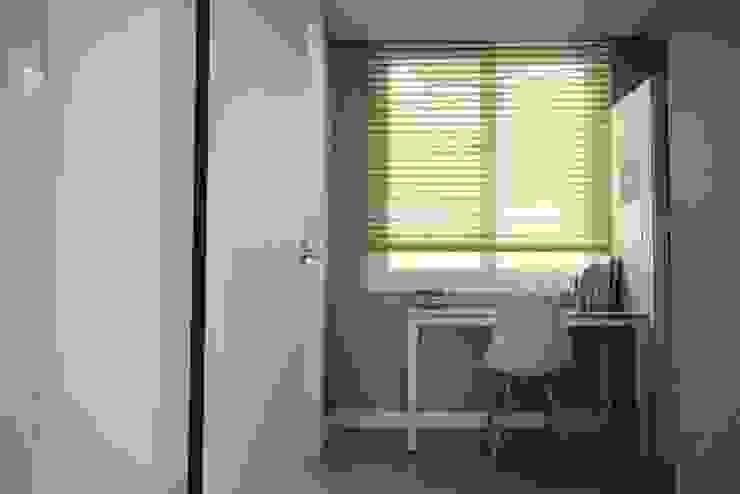 [홈라떼] 라이트 그레이로 톤업한 33평 위례 새아파트 홈스타일링 스칸디나비아 서재 / 사무실 by homelatte 북유럽