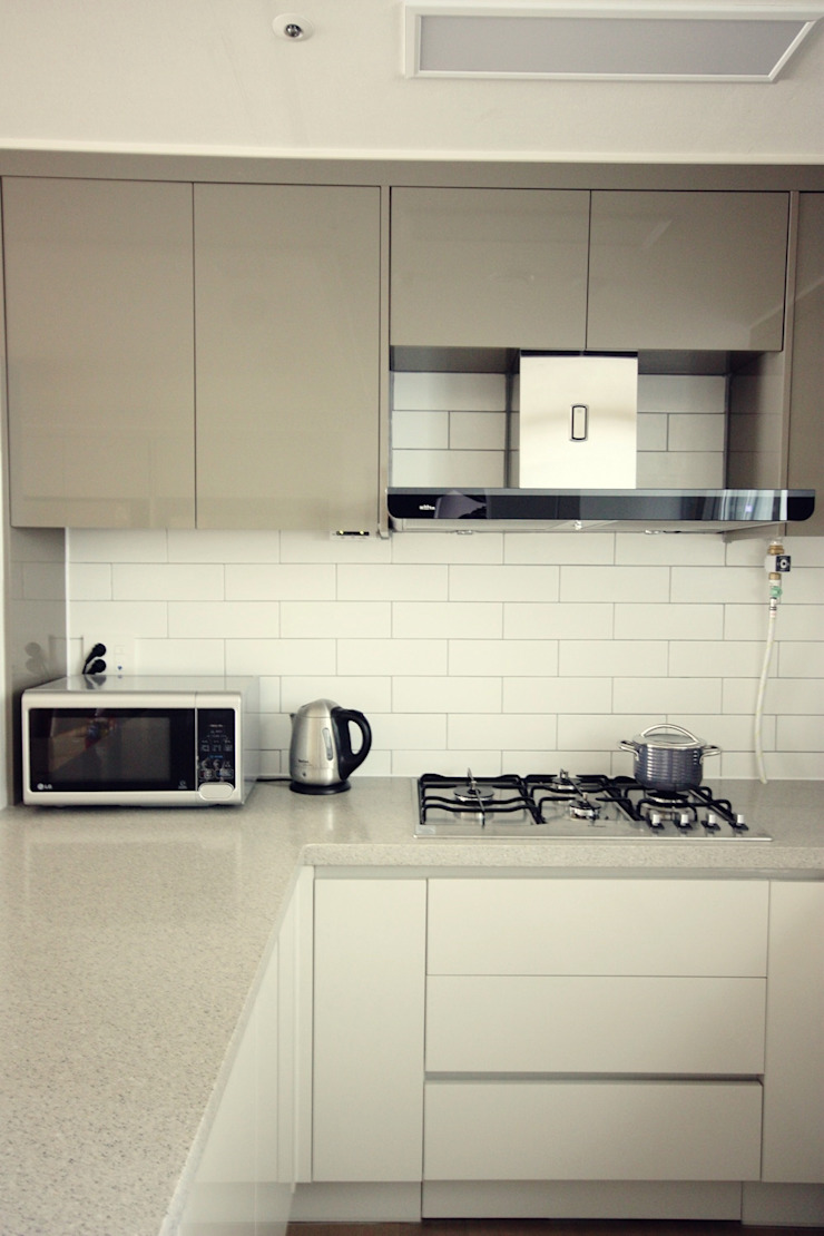 [홈라떼] 라이트 그레이로 톤업한 33평 위례 새아파트 홈스타일링 스칸디나비아 주방 by homelatte 북유럽