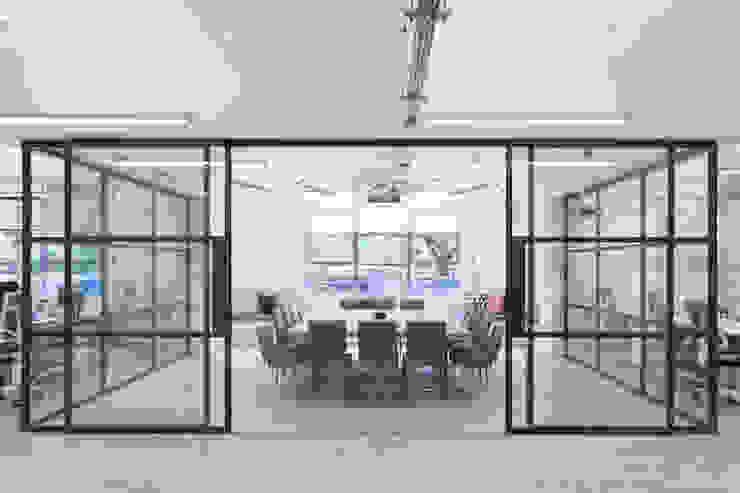 Per Meter 01 - 10 lampen in eiken in Londons kantoor Industriële kantoor- & winkelruimten van Wisse Trooster - qoowl Industrieel Hout Hout