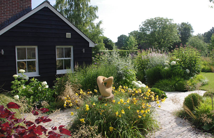 Contemporary Country Garden in The New Forest. من Elks-Smith Landscape and Garden Design بلدي