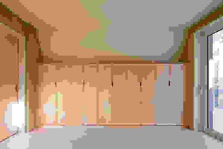 Modern dressing room by 리슈건축 Modern