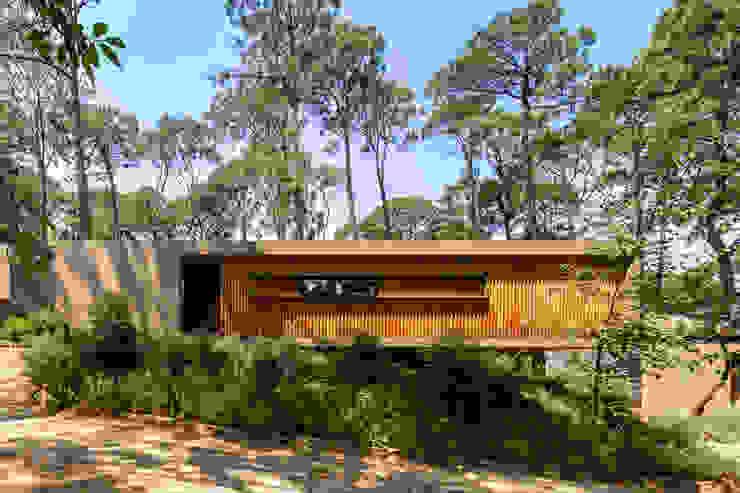 Fachada de acceso - Casa 2 Casas escandinavas de Weber Arquitectos Escandinavo