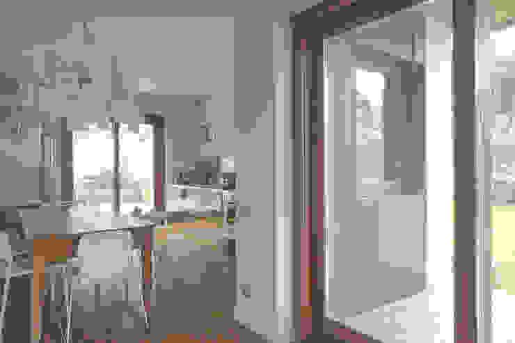 Interior with garden Soggiorno moderno di mg2 architetture Moderno