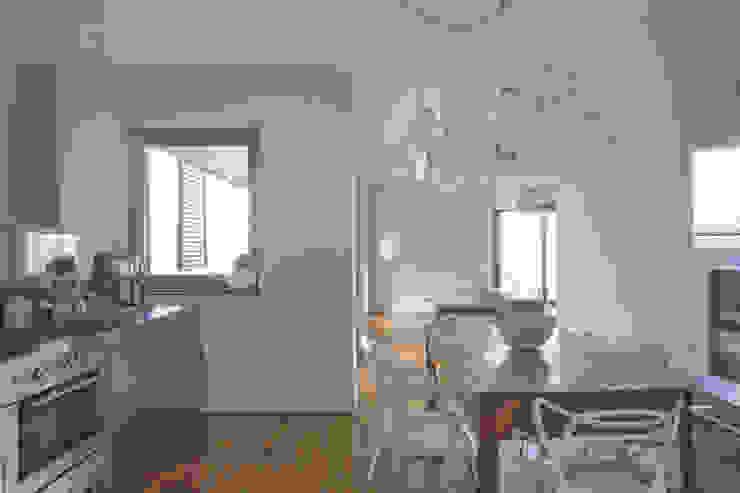 Interior with garden Cucina moderna di mg2 architetture Moderno