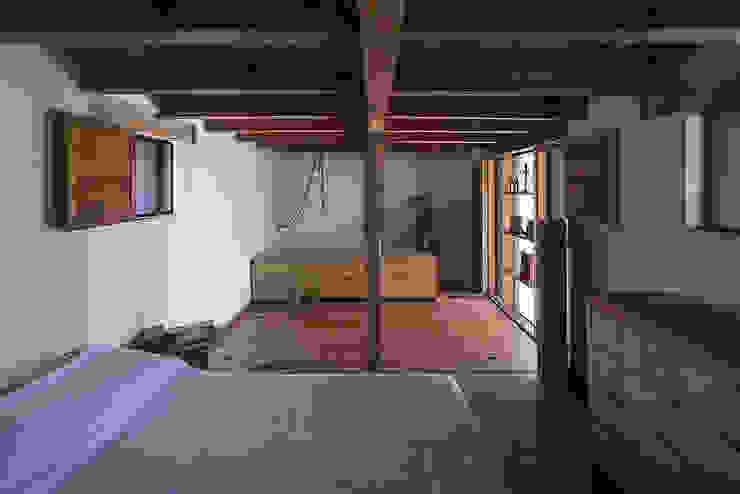 NIDO DE TIERRA Dormitorios rústicos de MORO TALLER DE ARQUITECTURA Rústico Madera Acabado en madera