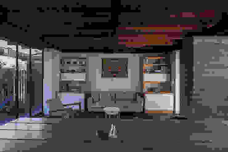 Salas de estilo rústico de MORO TALLER DE ARQUITECTURA Rústico Madera maciza Multicolor