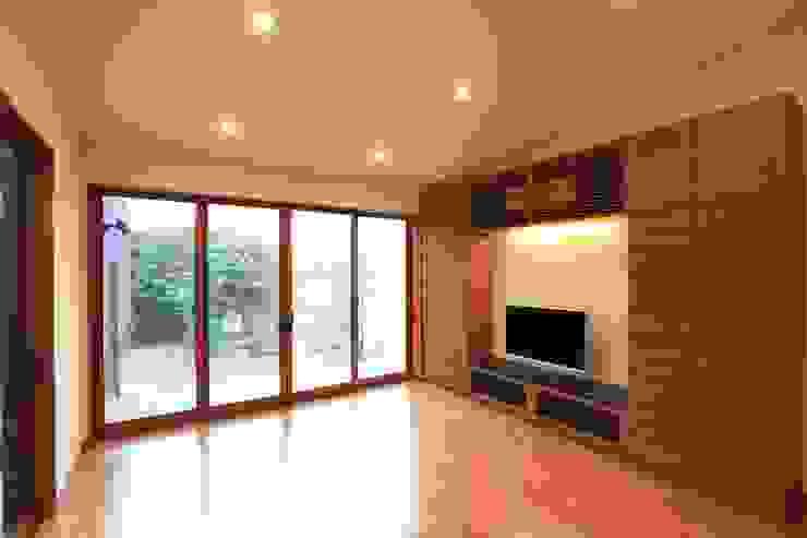 Salon moderne par 株式会社 SYN空間計画 一級建築事務所 Moderne