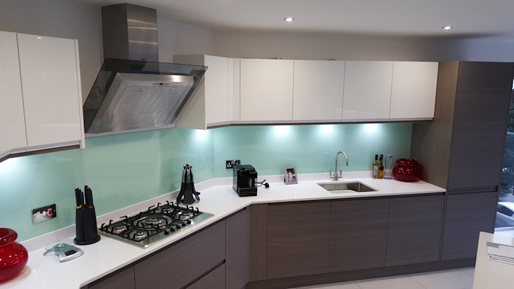 Modern Handleless White Gloss & Dark Elm Kitchen Door With White Quartz Worktop Cocinas de estilo moderno de Meridien Interiors Ltd Moderno