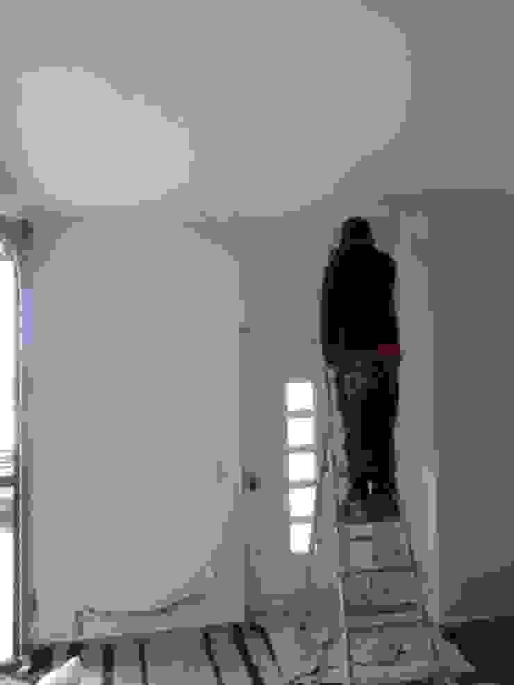 Infiltrações descobertas e reparadas, inicio das pinturas (antes) Garagens e arrecadações minimalistas por Atádega Sociedade de Construções, Lda Minimalista