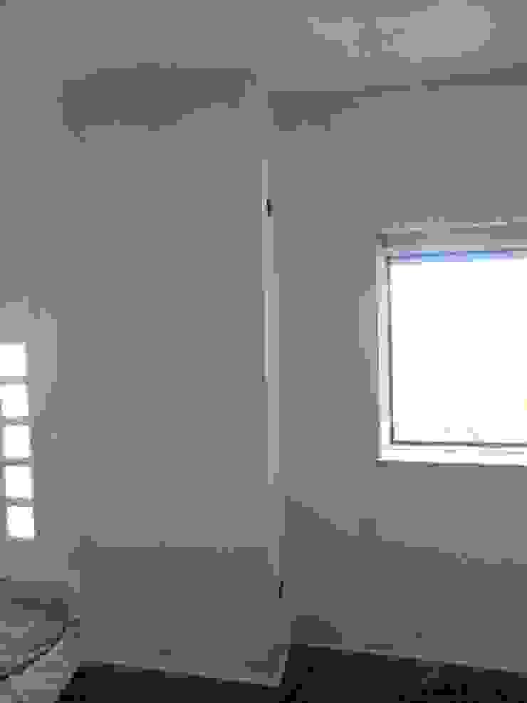 Reparação de infiltrações, pintura de tecto e paraedes na cor branco em cave de moradia (durante a obra) por Atádega Sociedade de Construções, Lda