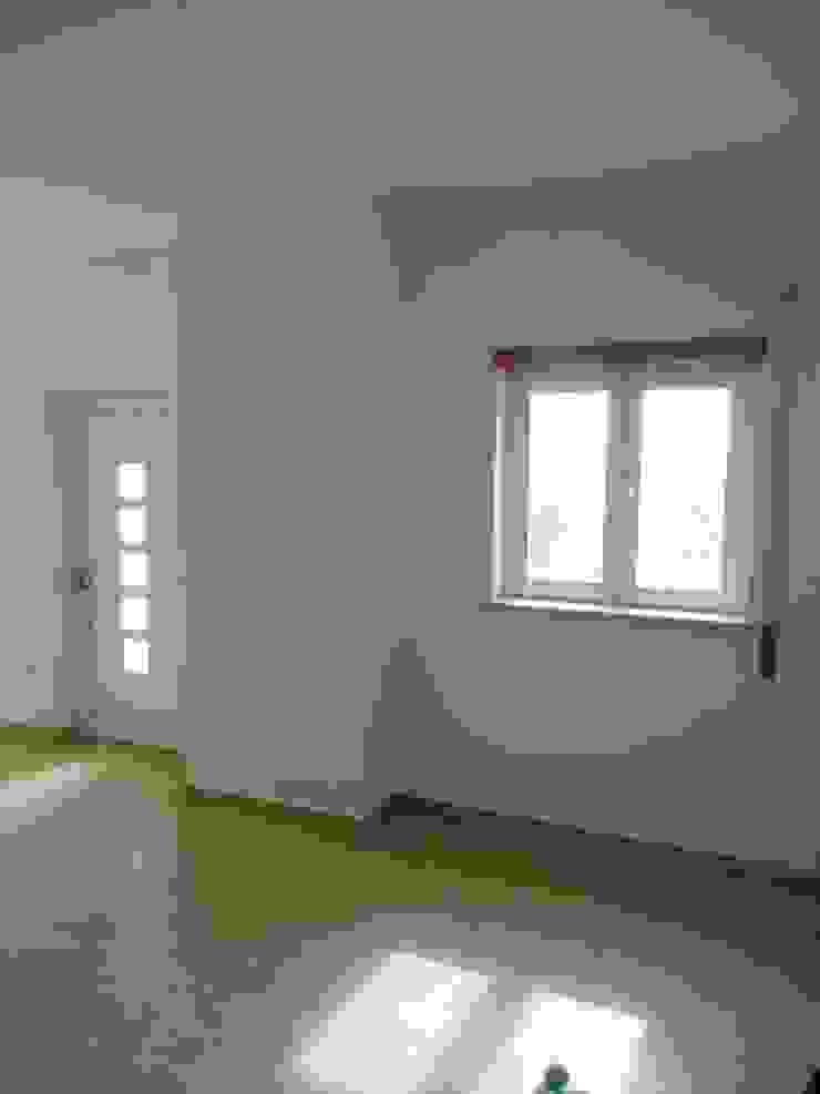 Reparação de infiltrações, pintura de tecto e paraedes na cor branco em cave de moradia (depois) Garagens e arrecadações minimalistas por Atádega Sociedade de Construções, Lda Minimalista