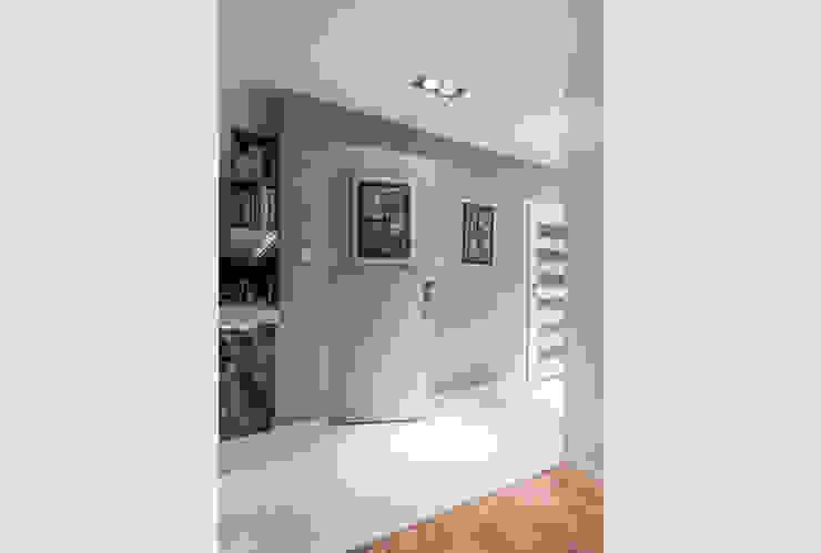 ห้องโถงทางเดินและบันไดสมัยใหม่ โดย Perfect Space โมเดิร์น