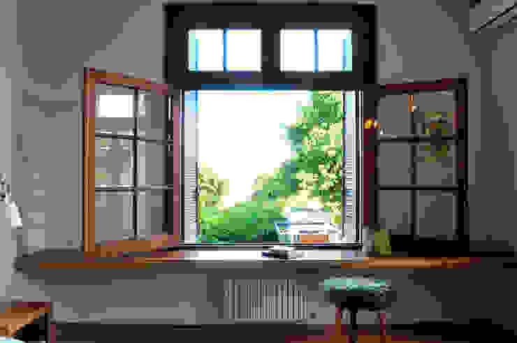 Nowoczesna sypialnia od Paula Herrero | Arquitectura Nowoczesny
