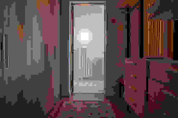 Nowoczesna garderoba od Paula Herrero | Arquitectura Nowoczesny Drewno O efekcie drewna