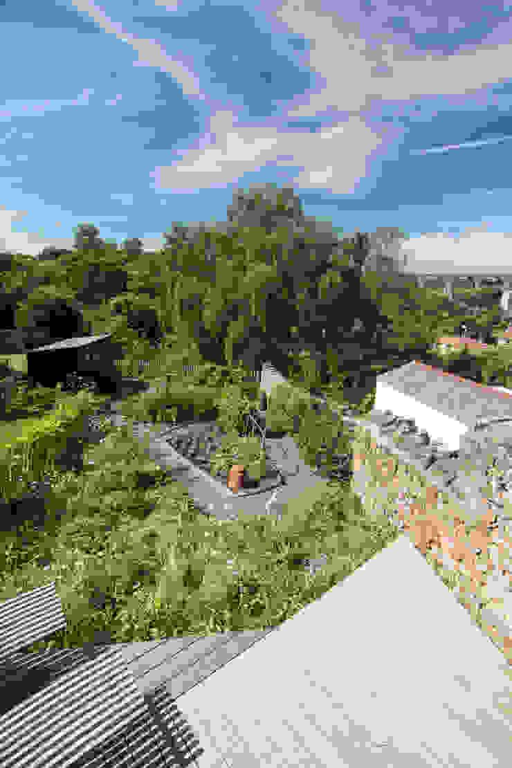 Miner's Cottage II: Garden design storey Jardines de estilo rústico