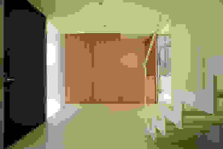 Pasillos, vestíbulos y escaleras modernos de Atelier Square Moderno Azulejos
