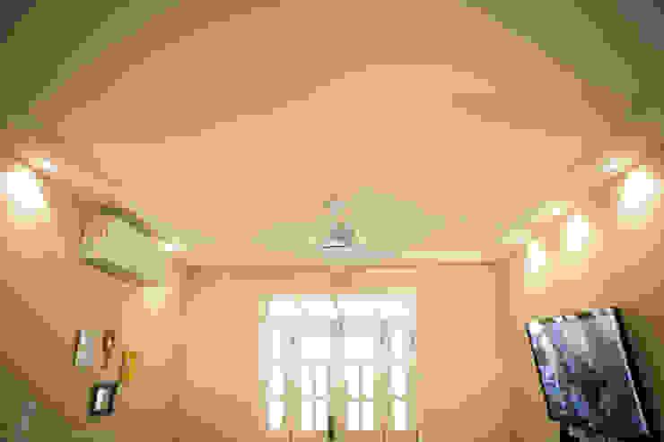 Iluminação Sala de Estar Salas de estar tropicais por P2 Arquitetos Associados Tropical
