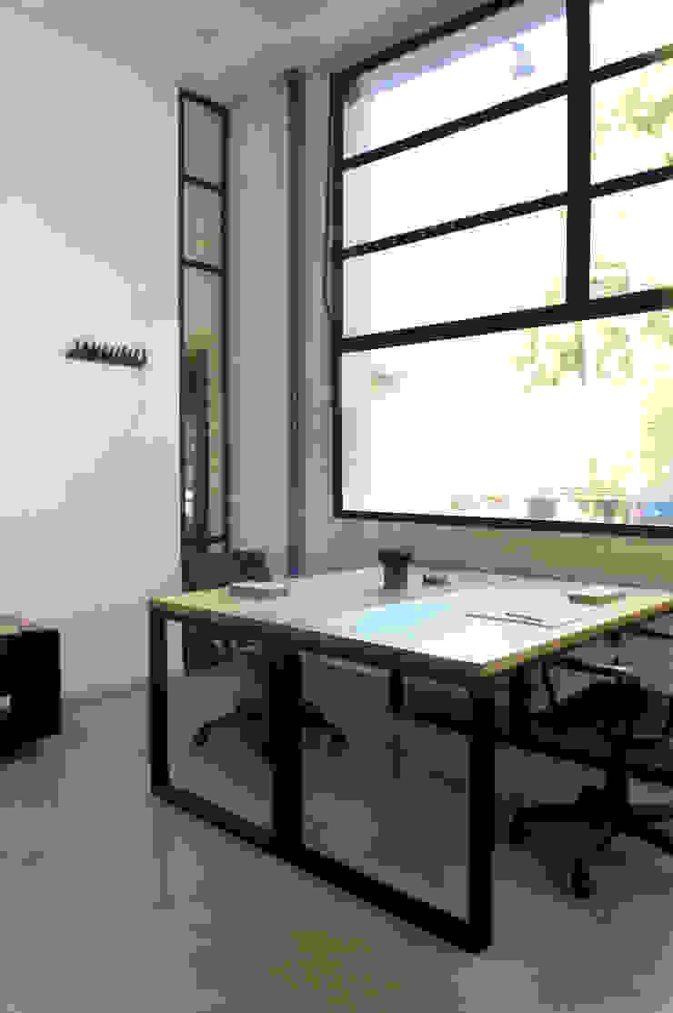 Industrial style study/office by Paula Herrero | Arquitectura Industrial