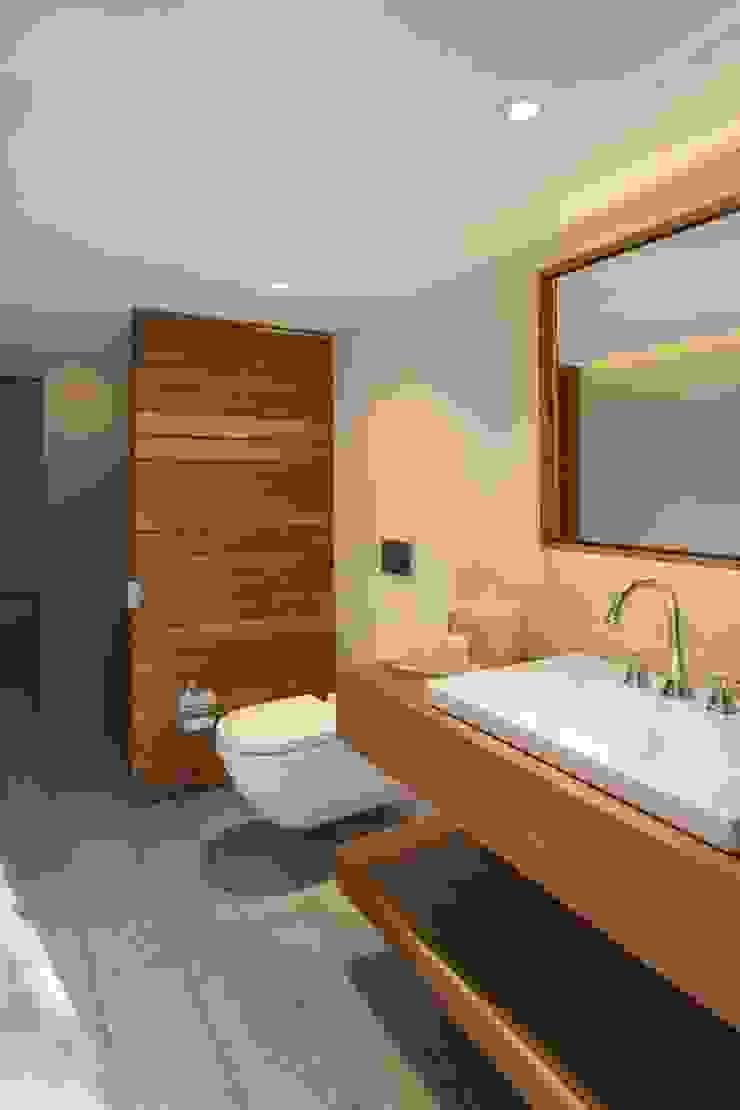 BAÑO CASA DE PLAYA - PLAYA BONITA - ASIA Baños de estilo minimalista de 3 DECO Minimalista Madera Acabado en madera