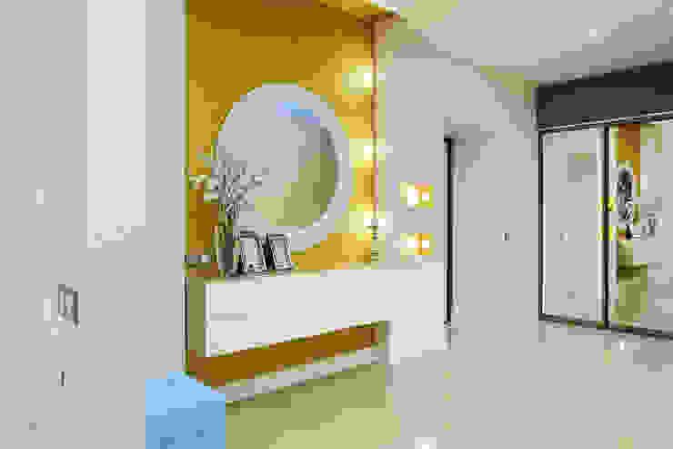 Couloir, entrée, escaliers minimalistes par GraniStudio Minimaliste