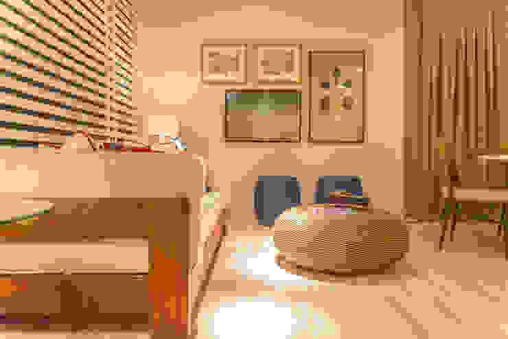 Mostra Mac Trends Salas de estar tropicais por Duo Arquitetura Tropical Madeira maciça Multi colorido