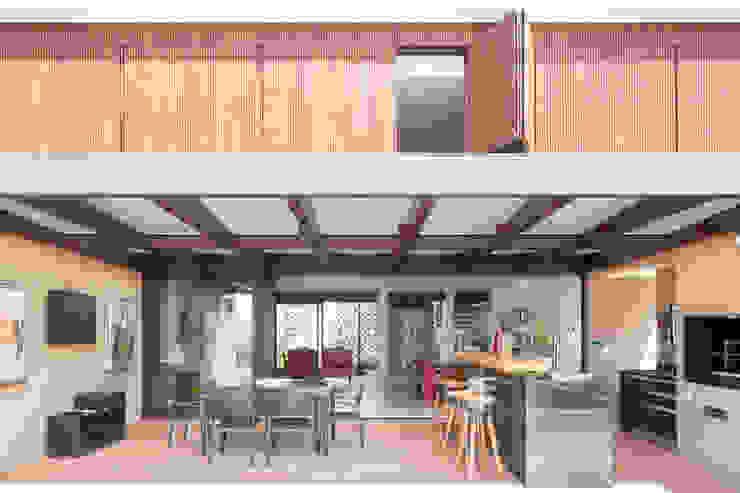 Casa LA - Esquadra Arquitetos + Yi arquitetos Varandas, alpendres e terraços modernos por Joana França Moderno