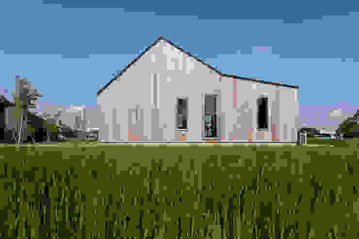 東ファサード/夏 オリジナルな 家 の hm+architects 一級建築士事務所 オリジナル 木 木目調