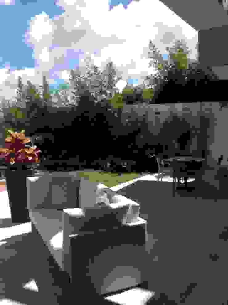 Terraza Los Campitos Balcones y terrazas de estilo moderno de THE muebles Moderno
