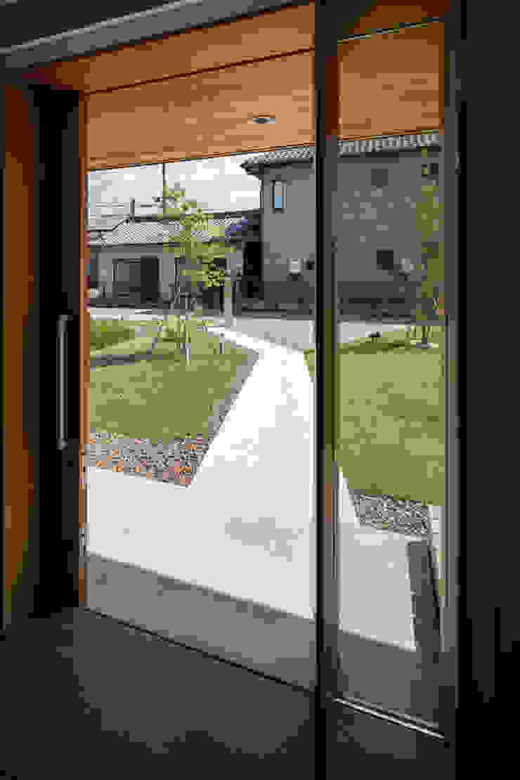 アプローチ見返し/夏 オリジナルな 家 の hm+architects 一級建築士事務所 オリジナル