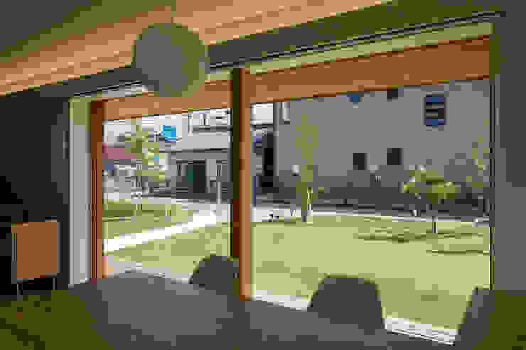 ダイニングからの眺め/夏 オリジナルな 家 の hm+architects 一級建築士事務所 オリジナル
