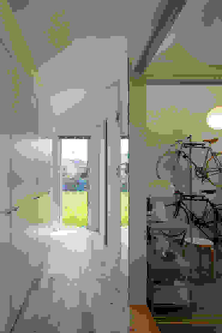 室内動線と土間室/夏 オリジナルな 家 の hm+architects 一級建築士事務所 オリジナル