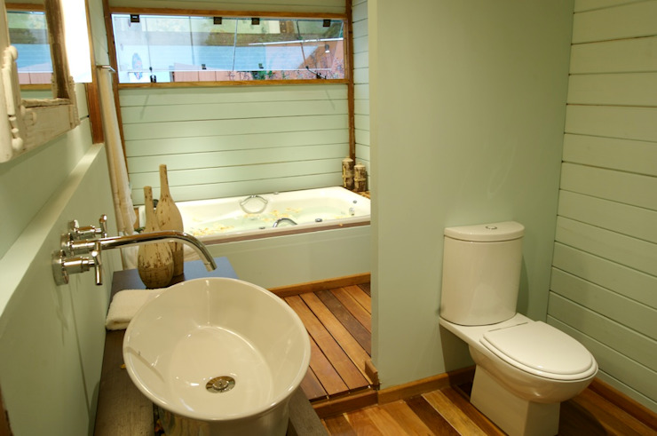 Juliana Lahóz Arquitetura Tropical style bathrooms Wood Green