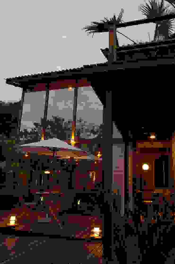 Casas de estilo tropical de Juliana Lahóz Arquitetura Tropical Vidrio