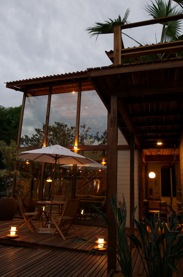 Tropical style houses by Juliana Lahóz Arquitetura Tropical Glass