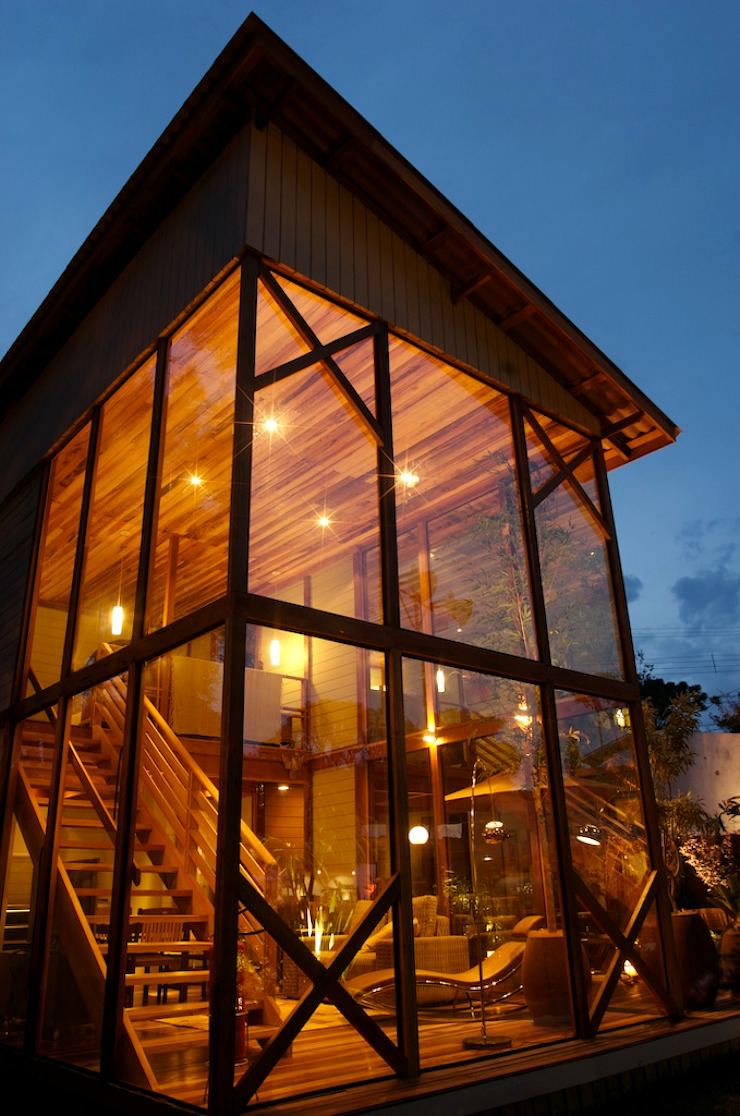 Casas de estilo tropical de Juliana Lahóz Arquitetura Tropical Madera Acabado en madera