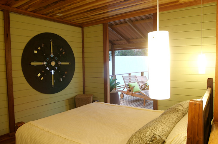 Chalé de Praia Quartos tropicais por Juliana Lahóz Arquitetura Tropical Madeira Efeito de madeira